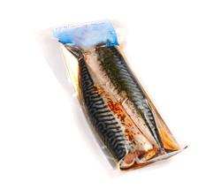 Упаковка в вакуумные пакеты рыбных изделий